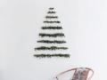 creatieve-kerstboom-op-muur-maken-met-kerst-takken-diy-christmas-tree-on-wall-pine-branches