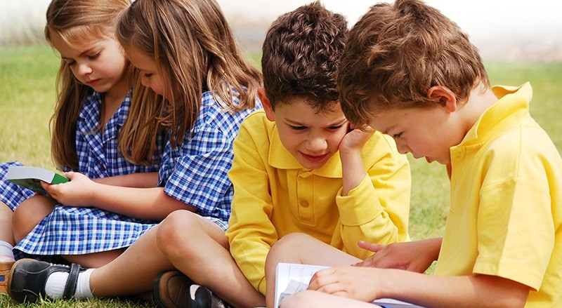 School_kids_reading