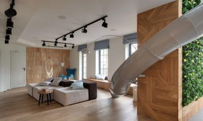 Un apartament jucăuș cu tobogan interior