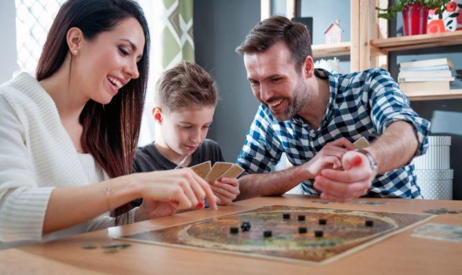 10 jocuri de familie, pentru toate vârstele, ideale ca și cadou