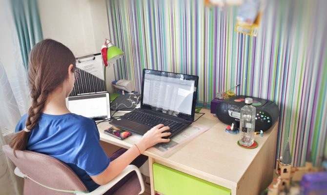 Jurnal de copil care face școală de acasă