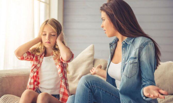 9 lucruri care-i enervează pe adolescenți la părinții lor